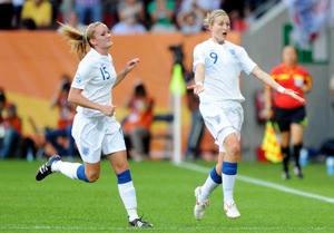Niềm vui của tiền đạo Ellen White (phải, đội tuyển Anh) sau khi ghi bàn vào lưới Nhật Bản.