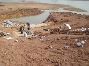 Nhiều công trình hồ chứa đang được khẩn trương thi công để phòng tránh mùa mưa lũ (ảnh công trình Hồ Cành, xã Bình Chân, huyện Lạc Sơn).