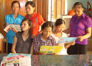 Phụ nữ xã Vạn Mai (Mai Châu) thường xuyên được tuyên truyền về chính sách DS-KHHGĐ.