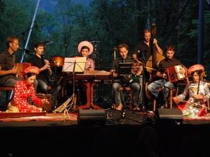 Các nghệ sĩ Việt Nam và Thụy Sĩ biểu diễn tại Liên hoan văn hóa dân tộc Obwalden. (Ảnh: Lê Thanh/Vietnam+)