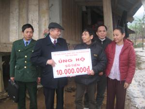 Gia đình nạn nhân Bùi Văn Bượng (xóm Ong 2, xã Nam Phong) được hỗ trợ 10 triệu đồng để làm nhà.