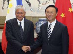 Ngoại trưởng Philippines Albert del Rosario (trái) và người đồng cấp Trung Quốc Dương Khiết Trì tại Bắc Kinh hôm qua.