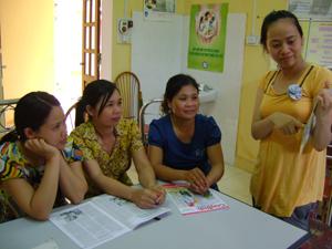 Cán bộ chuyên trách DS – KHHGĐ TT Cao Phong tuyên truyền, vận động chị em phụ nữ các biện pháp TT hiện đại.