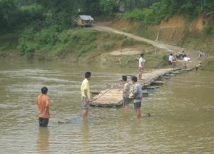 Nhiều cây cầu tạm được bắc qua sông như thế này đã tồn tại hàng chục năm ở Hưng Thi (Lạc Thuỷ).