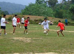 Đội bóng đá các xóm thường xuyên thi đấu giao hữu, rèn luyện kỹ thuật.