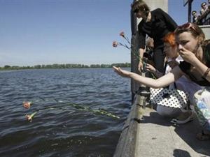 Hình ảnh tưởng niệm nạn nhân của vụ chìm tàu trên sông Volga hôm 12-7. Ảnh: AP