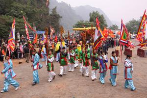 Lễ hội chùa Tiên, xã Phú Lão (Lạc Thủy) là một trong những hoạt động du lịch văn hóa, tín ngưỡng tổ chức hàng năm, thu hút hàng vạn du khách.