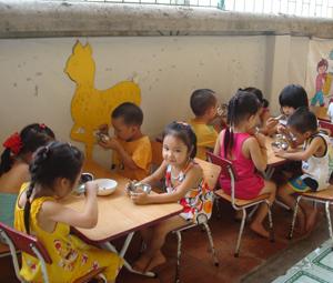 Trường mầm non Phương Lâm (TPHB) quan tâm chất lượng nuôi dưỡng trẻ, góp phần giảm tỷ lệ trẻ bị SDD trong trường học.