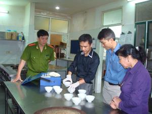 Đoàn kiểm tra liên ngành của tỉnh kiểm tra VSATTP tại cơ sở chế biến thực phẩm xã Vĩnh Tiến (Kim Bôi).