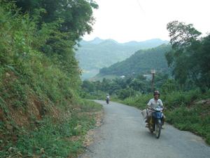 Tuyến đường thị trấn Đà Bắc - Hiền Lương - Vầy Nưa - Tiền Phong tạo điều kiện cho xã Hiền Lương phát triển kinh tế và các mục tiêu XDNTM.
