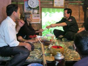 Đoàn thanh niên Đội CSĐN thăm hỏi và tặng quà cho gia đình ông Bùi Quốc Bồi, xóm Vai Đào, xã Cao Răm (Lương Sơn).