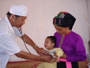 Trạm y tế xã Đồng Chum (Đà Bắc) tích cực thực hiện giám sát, phát hiện dịch bệnh chân – tay – miệng ở trẻ em trên địa bàn.