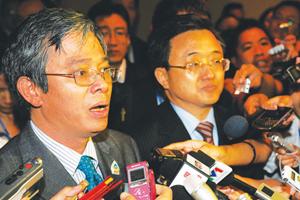 Trợ lý Bộ trưởng Ngoại giao Việt Nam Phạm Quang Vinh (trái) và người đồng cấp Trung Quốc Lưu Chấn Dân trả lời báo chí.