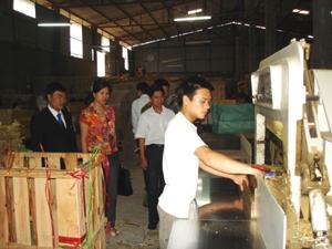 Đoàn kiểm tra liên ngành của tỉnh đi kiểm tra việc chấp hành pháp luật lao động, trong đó có lao động là trẻ em tại Công ty TNHH Minh Nguyên, xã Yên Mông (TP Hoà Bình)- Ảnh Minh Châu.