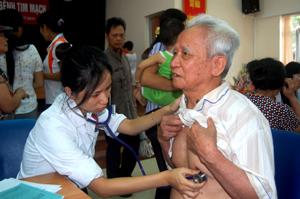 Bác sĩ Trung tâm phẫu thuật Bệnh viện E Trung ương khám cho bệnh nhân bị bệnh tim trên địa bàn tỉnh.