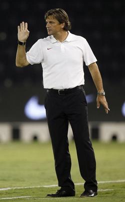 HLV Goetz chỉ đạo các cầu thủ trong trận đấu với Qatar.