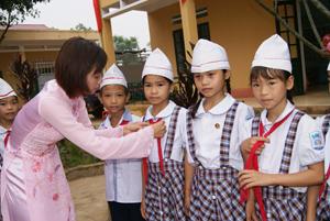 Huyện Lạc Sơn tiếp tục đẩy mạnh chăm sóc, bảo vệ và giáo dục trẻ em, tạo môi trường an toàn, lành mạnh để trẻ có điều kiện phát triển toàn diện. (Trong ảnh: cô và trò trường tiểu học Tân Mỹ A trước giờ vào lớp).
