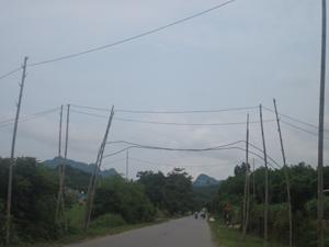 Nếu được đầu tư, nâng cấp, chất lượng điện năng vùng nông thôn trong tỉnh sẽ được cải thiện (Trong ảnh: Hệ thống lưới điện hạ áp xã Vĩnh Tiến (Kim Bôi) xuống cấp).