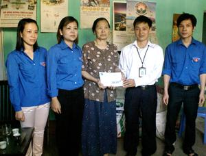 Đoàn đã đến thăm hỏi, tặng quà gia đình bà Nguyễn Thị Gấm, tổ 2, phường Chăm Mát là vợ liệt sĩ Nguyễn Đại Hải.