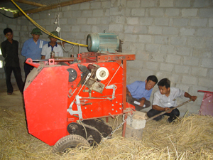 Hướng dẫn bà con xóm Bình Tân, xã Nam Thượng vận hành máy chế biến, bảo quản rơm lúa theo phương pháp công nghiệp.