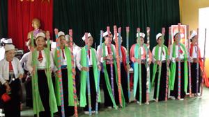 Tiết mục múa gậy của các hội viên CLB văn nghệ quần chúng góp phần phát huy bản sắc văn hóa dân tộc xã Tân Lập.