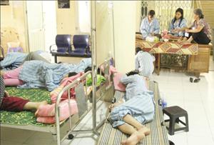 Bệnh nhân nằm ghép trên cả những chiếc giường xếp ngoài hành lang bệnh viện.