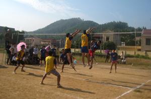 Trận chung kết bóng chuyền nam giữa thị trấn Kỳ Sơn và xã Hợp Thành.