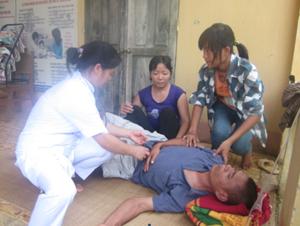 Cán bộ Trạm y tế xã Mỹ Hòa chăm sóc bệnh nhân bị ngộ độc thực phẩm