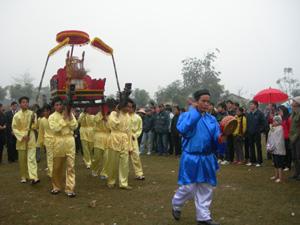 Tân Lạc giữ và phát huy bản sắc văn hóa qua các hoạt động lễ hội ( trong ảnh: Rước thành hoành trong lễ hội Khai hạ -Mường Bi).