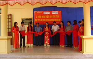Lãnh đạo huyện Cao Phong và tổ chức Childfund tại Việt Nam cắt băng khánh thành trạm y tế xã Tây Phong (Cao Phong).
