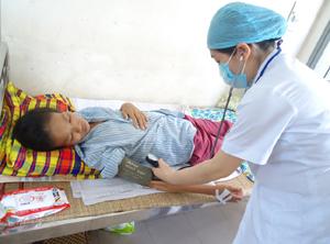 Bác sỹ Bệnh viện Đa khoa tỉnh chăm sóc bà Ẻm sau khi phẫu thuật khối u năng 15 kg.