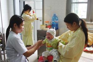 Điều trị cho trẻ bị viêm phế quản phổi tại khoa nhi (Bệnh viện Đa khoa tỉnh).