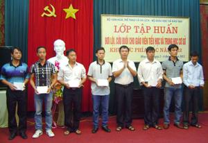 Lãnh đạo Sở VH, TT & DL trao chứng chỉ cho các học viên.