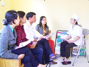 Một buổi truyền thông về mất cân bằng giới tính khi sinh cho cán bộ, nhân dân  tại Trạm y tế thị trấn Cao Phong (Cao Phong).