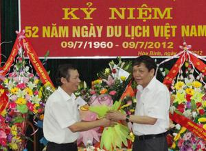 Lãnh đạo các sở, ngành đến tặng hoa, chúc mừng Sở VH-TT&DL nhân kỷ niệm 52 năm ngày du lịch Việt Nam.