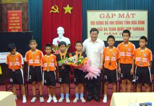 Đồng chí Hoàng Việt Cường, Bí thư Tỉnh ủy tặng hoa chúc mừng thành tích của đội tuyển.
