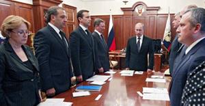 Tổng thống Putin và các quan chức chính phủ mặc niệm các nạn nhân lũ lụt tại điện Kremlin hôm qua. Ảnh: AFP