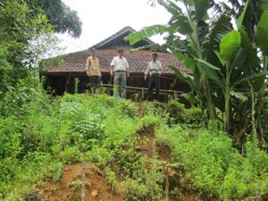 Đất vườn và nhà ở của gia đình ông Bùi Văn Niêm, xóm Quà, xã Yên Lập (Cao Phong) trước nguy cơ bị sụt lún.