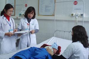 Các bác sĩ, điều dưỡng khoa nhi (Bệnh viện Đa khoa tỉnh) nêu cao y đức,  tận tình thăm khám bệnh nhi.
