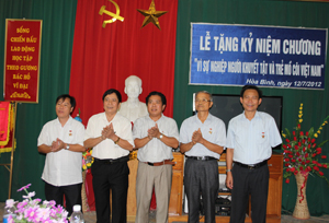 """Lãnh đạo Sở LĐ-TB&XH trao tặng kỷ niệm chương Vì sự nghiệp bảo trợ NTT&TMC Việt Nam"""" cho 6 cá nhân."""