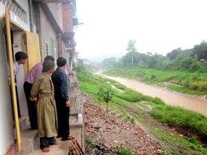 Cán bộ Ban chỉ huy PCLB & TKCN thành phố Hòa Bình tăng cường kiểm tra, kiểm soát khu vực dân cư có nguy cơ sạt lở ven suối.