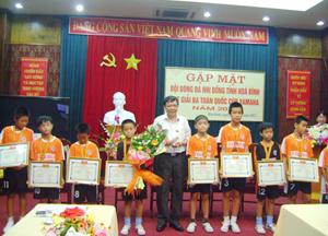 Lãnh đạo Sở VH - TT & DL trao giấy khen cho đội tuyển bóng đá nhi đồng tỉnh.