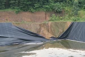 Một bể chứa rác khu xử lý rác thải xã Yên Mông đã bị hư hỏng.