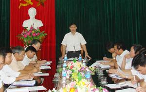 Đồng chí Bùi Văn Cửu, Phó Chủ tịch UBND phát biểu chỉ đạo tại buổi làm việc với lãnh đạo UBND huyện Yên Thuỷ về thực hiện các chế độ an sinh xã hội.