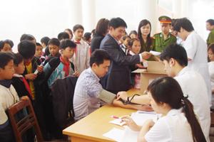 Cán bộ y tế và công an huyện Mai Châu kết hợp giữa khám bệnh miễn phí với tuyên truyền phòng, chống ma túy, HIV/AIDS cho ĐV-TN, thiếu niên 2 xã Hang Kia, Pà Cò.