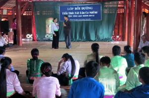 Một làn điệu dân ca Mường do học viên biểu diễn tại buổi bế mạc khóa đào tạo.