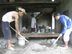 Nhân dân xóm Đồng Nang, xã Đông Bắc (Kim Bôi) hỗ trợ ngày công hoàn thành nhà ở giúp gia đình người có công Bùi Thị Quyến (con nạn nhân da cam).