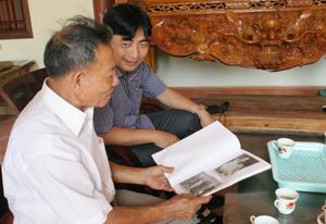 Ông Nguyễn Văn Sính giới thiệu về cuốn Album sưu tầm ảnh và sáng tác thơ về Bác Hồ.