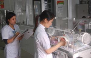Chăm sóc trường hợp trẻ bệnh tại đơn nguyên sơ sinh Bệnh viện đa khoa tỉnh.