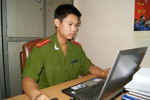 Thượng úy Bùi Việt Hùng nghiên cứu, phân tích thủ đoạn hoạt động của tội phạm, phục vụ yêu cầu công tác.